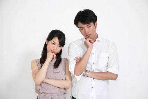 考えているカップルの画像