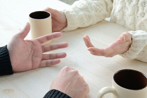 言い合いする二人の手の画像