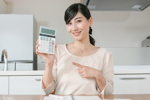電卓を持っている女性の画像