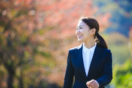 スーツの女性のイメージ画像